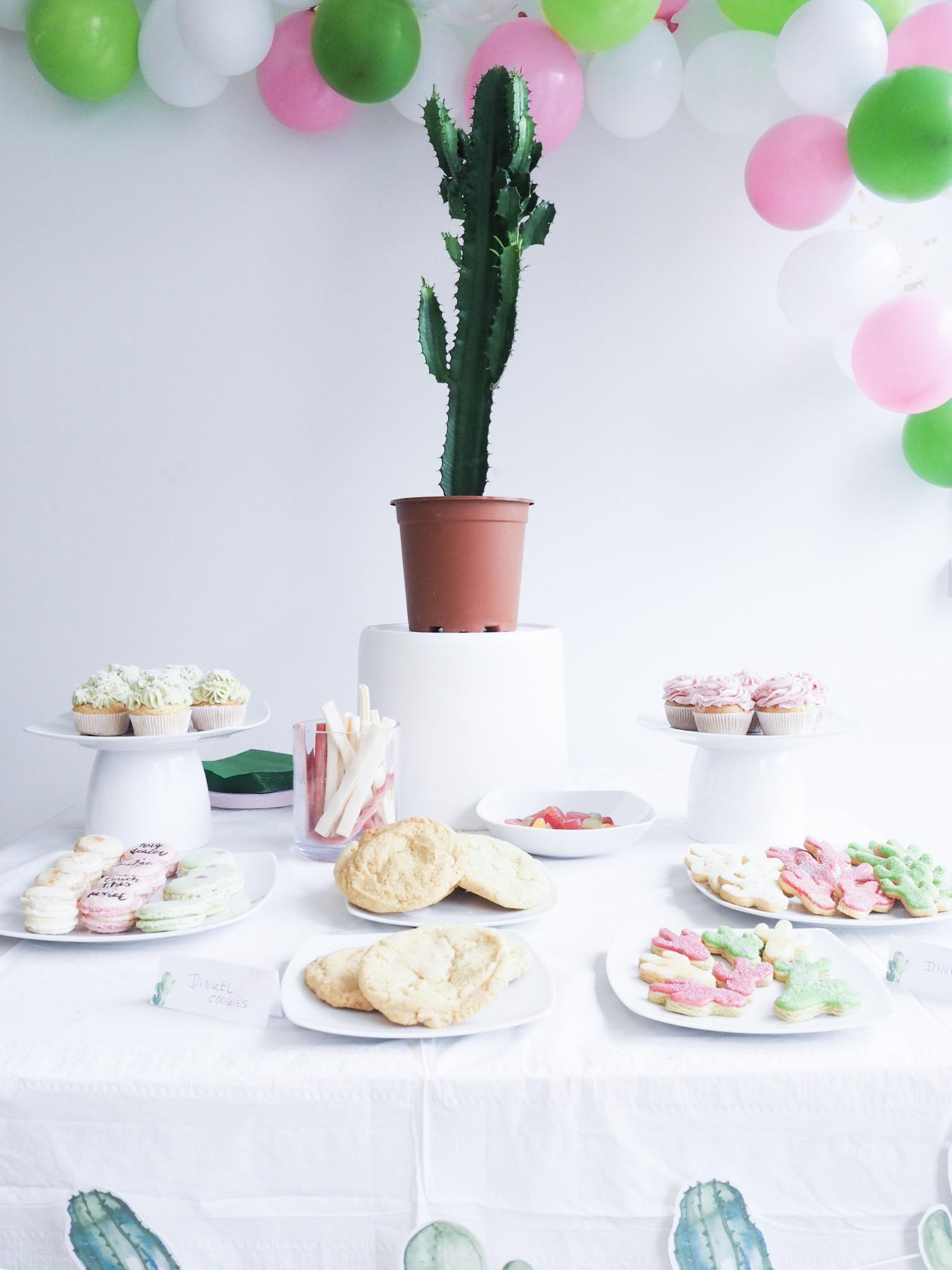 Dessertbuffet mit Cupcakes, Kaktus, Macarons, Kaktuskeksen und Cookies